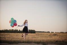 Balões do adolescente no campo do verão Fotos de Stock