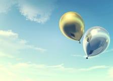 Balões dourados e de prata coloridos que flutuam nas férias de verão no filtro de cor do vintage Fotografia de Stock Royalty Free