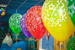 Balões e conceito da celebração - lotes de balões coloridos Imagens de Stock Royalty Free