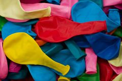 Balões e confetes coloridos Fundo festivo ou do partido estilo liso da configuração Copie o espaço para o texto Cartão do anivers Fotografia de Stock Royalty Free