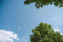 Balões mim o céu imagens de stock