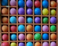 balões Multi-coloridos em um banco de madeira imagens de stock royalty free
