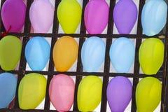 balões Multi-coloridos nas pilhas Bolas multi-coloridas infláveis nas pilhas de madeira para jogar dardos, fim acima, entretenime foto de stock