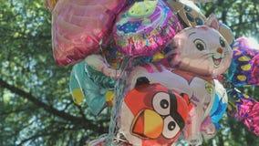 Balões nas formas diferentes no céu video estoque