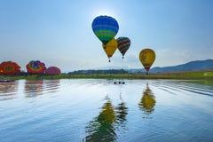 Balões no céu, festival do balão, festa internacional 2017 do balão de Singhapark Imagem de Stock