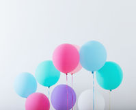Balões no fundo de madeira branco Fotografia de Stock