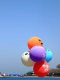 Balões no fundo do céu azul Imagem de Stock