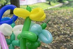Balões para torcer e modelar várias figuras Balões longos para torcer fotografia de stock