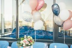 Balões pasteis do casamento e reflexão de vidro da cerimônia de casamento imagem de stock royalty free