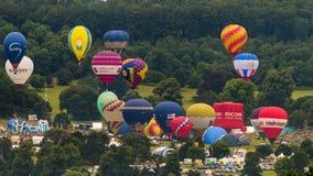 Balões que descolam em Bristol Balloon Fiesta 2016 litros Foto de Stock Royalty Free