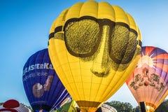 Balões que estão sendo inflados no festival, Barneveld, Países Baixos imagem de stock