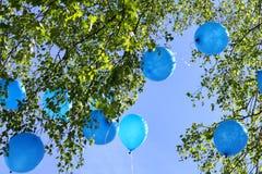 Balões que voam afastado no céu Imagens de Stock