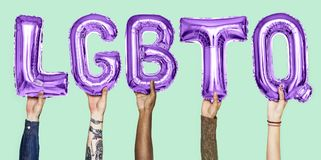 Balões roxos do alfabeto que formam a palavra LGBTQ fotografia de stock royalty free