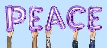 Balões roxos do alfabeto que formam a paz da palavra fotografia de stock