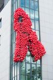 Balões sob a fôrma de uma fita vermelha Fotos de Stock Royalty Free