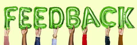 Balões verdes do hélio do alfabeto que formam o feedback do texto fotografia de stock
