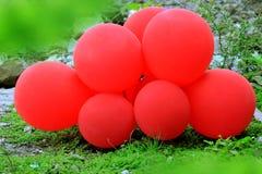 Balões vermelhos no fundo verde fotos de stock