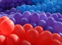 Balões vermelhos, violetas e azuis imagens de stock royalty free