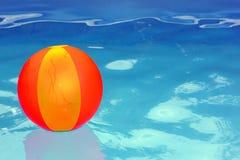 Bal in de pool. Stock Fotografie