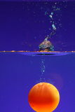 Bal die in water wordt ondergedompeld royalty-vrije stock fotografie