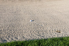 Bal do golfe na armadilha de areia Imagem de Stock