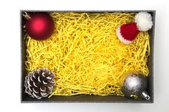 Bal en denneappel, bonthoed in zwarte giftdoos met gele packag Royalty-vrije Stock Afbeelding