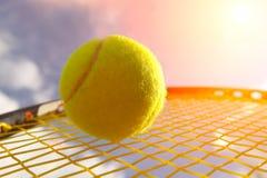 Bal en racket stock afbeeldingen