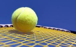 Bal en racket stock foto's