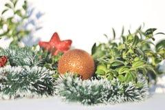 Bal en sterren op Kerstboom voor Kerstmis en Nieuwjaar Stock Afbeelding