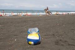 Bal en zwemmende glazen op strand Vage foto van mensen op zandstrand Concept van reis of het overzeese vakanties royalty-vrije stock foto