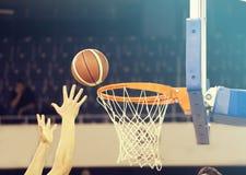 Bal in hoepel bij basketbalspel Royalty-vrije Stock Afbeeldingen