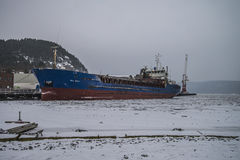Bal-Masse festgemacht zum Kai am Hafen von Halden, in den Schneefällen stockfoto