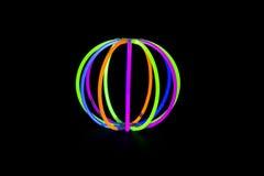 Bal met de neonlichten van gloedstokken stock afbeeldingen