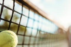 Bal in netto close-up, groot tennisconcept stock afbeelding