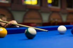 8-bal poogt de poolspeler ballen met richtsnoer te schieten royalty-vrije stock foto