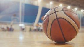 Bal van basketbal tijdens opleiding voor gehandicapte rolstoelsportmannen royalty-vrije stock afbeeldingen