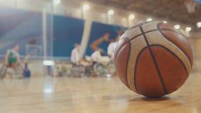 Bal van basketbal tijdens opleiding voor gehandicapte rolstoelsportmannen stock afbeelding