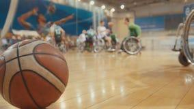 Bal van basketbal tijdens opleiding voor gehandicapte rolstoelsportmannen stock foto