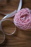 Bal van breiend garen met lint Stock Afbeelding