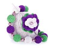 Bal van katoenen garen en crochet, gebreide bloem, n royalty-vrije stock afbeelding