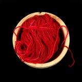 Bal van rode wol in een houten kom van hierboven Royalty-vrije Stock Foto's