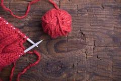 Bal van wol en breinaalden stock fotografie