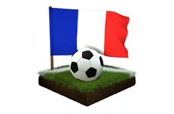 Bal voor het spelen van voetbal en nationale vlag van Frankrijk op gebied met gras Stock Fotografie