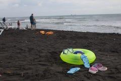 Bal, zwemmende glazen, sandelhout, sunbeds en Drijvende Ring twee op strand Vage mensen op zandstrand In de de zomervakantie royalty-vrije stock foto