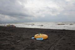 Bal, zwemmende glazen, sandelhout, waterautoped en drijvende ring op strand Vage mensen en Strandredding op zandstrand In t royalty-vrije stock foto