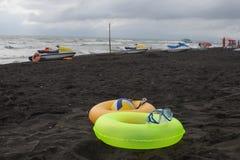 Bal, zwemmende glazen, Waterautoped en Drijvende Ring twee op strand Vage mensen op zandstrand Reis of overzeese vakanties concep stock foto's