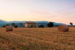 Bala de heno en la salida del sol la región de Provence Imagen de archivo