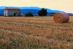 Bala de heno en la salida del sol la región de Provence Imágenes de archivo libres de regalías