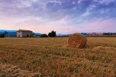 Bala de heno en la salida del sol la región de Provence Imagen de archivo libre de regalías