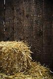 Bala de paja y de fondo de madera Imagen de archivo